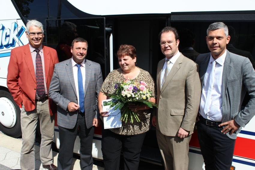 Glückwünsche an den Jubiläumsfahrgast der neuen Fernbus-Linie Gotha-Berlin