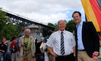 Die Züge fahren wieder: Am neuen Viadukt in Angelroda mit Bürgermeister Udo Lämmer