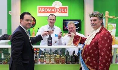 Anstoßen mit dem Olitätenkönig und einem Aromatique auf die Grüne Woche in Berlin