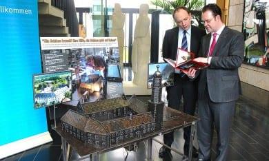 Mit dem kulturpolitischen Sprecher der CDU/CSU-Fraktion, Marco Wanderwitz, am Schmiedemodell von Schloss Ehrenstein in der Thüringer Landesvertretung in Berlin