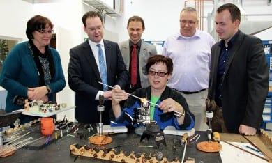 Ausbilderin Anke Dittrich führt die Glasapparatetechnik des CJD vor