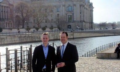 Gemeinsam mit Praktikant Tim Brückner am Deutschen Bundestag in Berlin