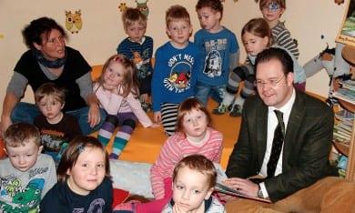 Vorlesen von Weihnachtsgeschichten im Kindergarten in Luisenthal