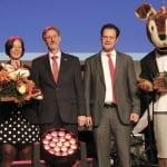 Mit Weitsprung-Legende Heike Drechsler, Preisträgerin Marion Thees und Landrat Konrad Gießmann bei der Sportgala in Ohrdruf