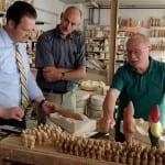 Reinhard Griebel zeigt Jörg Thamm und mir seine Gartenzwergmanufaktur